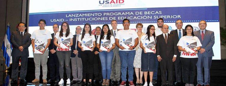 MaS OPORTUNIDADES PARA LA JUVENTUD SALVADOREnA USAID ENTREGo BECAS A ESTUDIANTES DE ITCA (1)